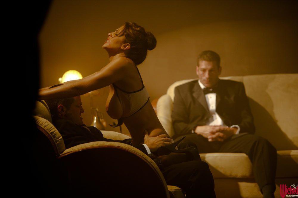film-o-zhenshine-poseshayushey-seksologa